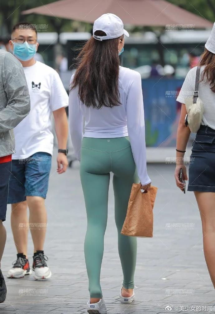 紧身瑜伽裤撩人穿搭 一看就是热爱运动的小姐姐