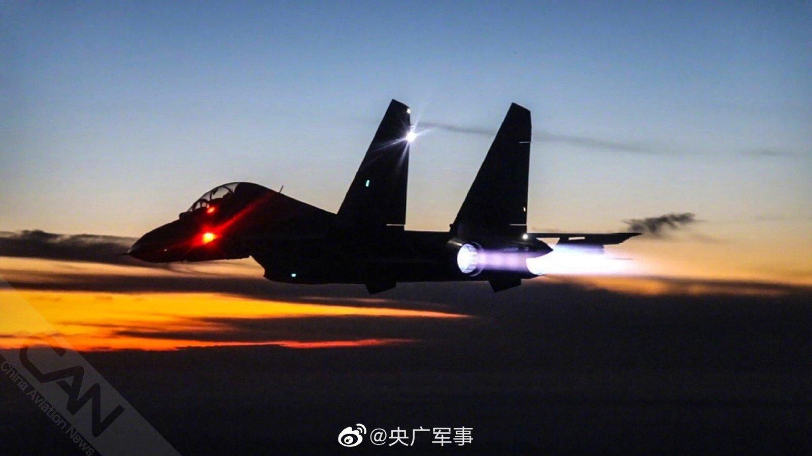 组图:战机加足油门 空战正式拉开近日,随着塔台指挥员一声令下