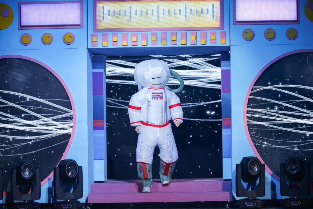 易烊千玺身穿太空服造型