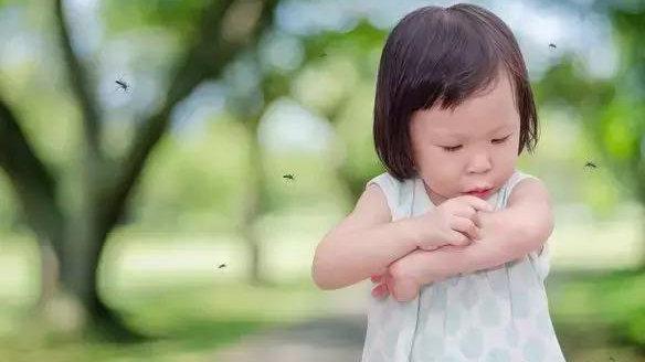 7岁女孩喷花露水被烧成重伤,夏天的花露水,对娃来说一点不香