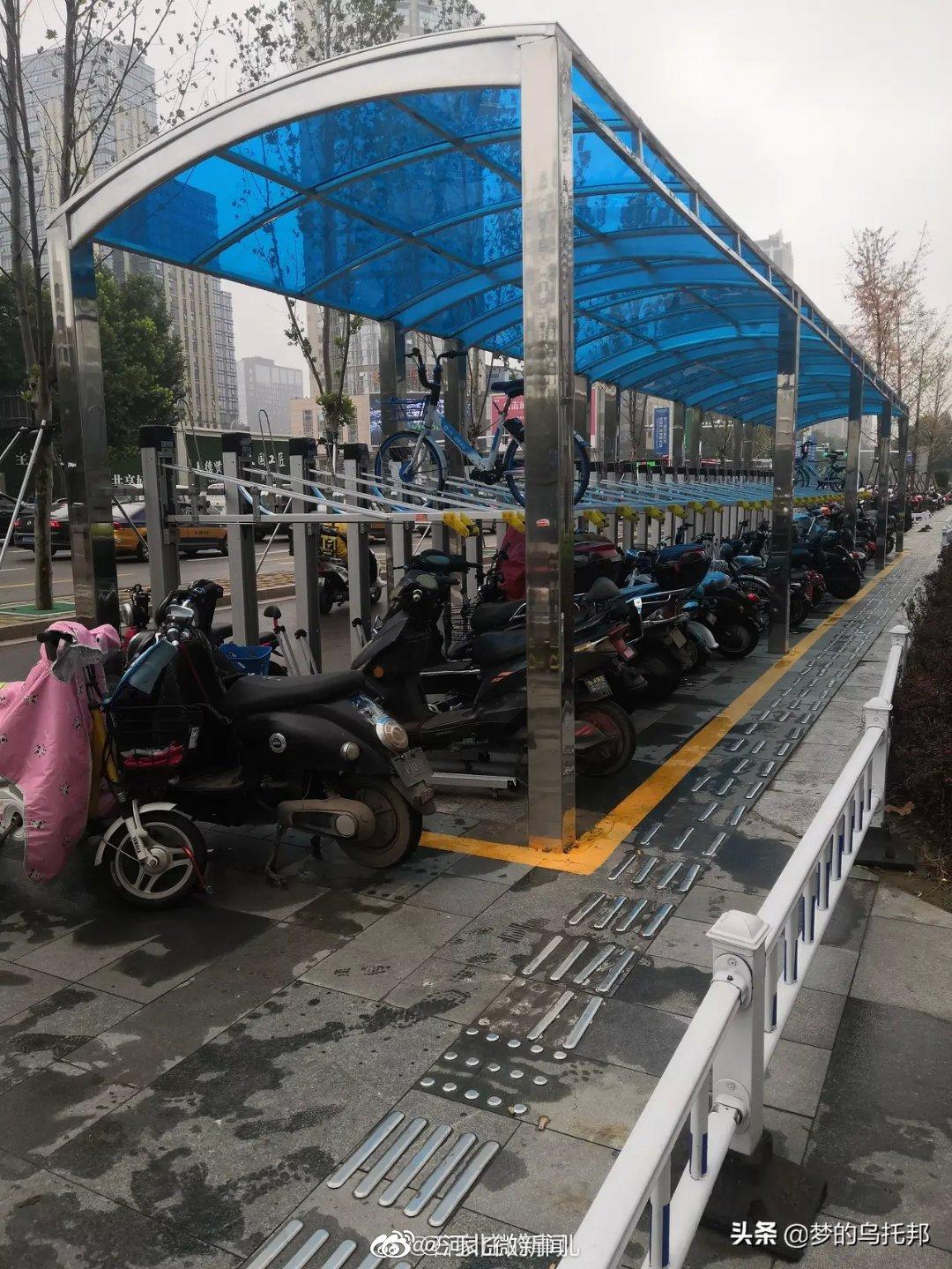 石家庄近日雨天频繁,共享单车立体停车棚,二层几乎没车