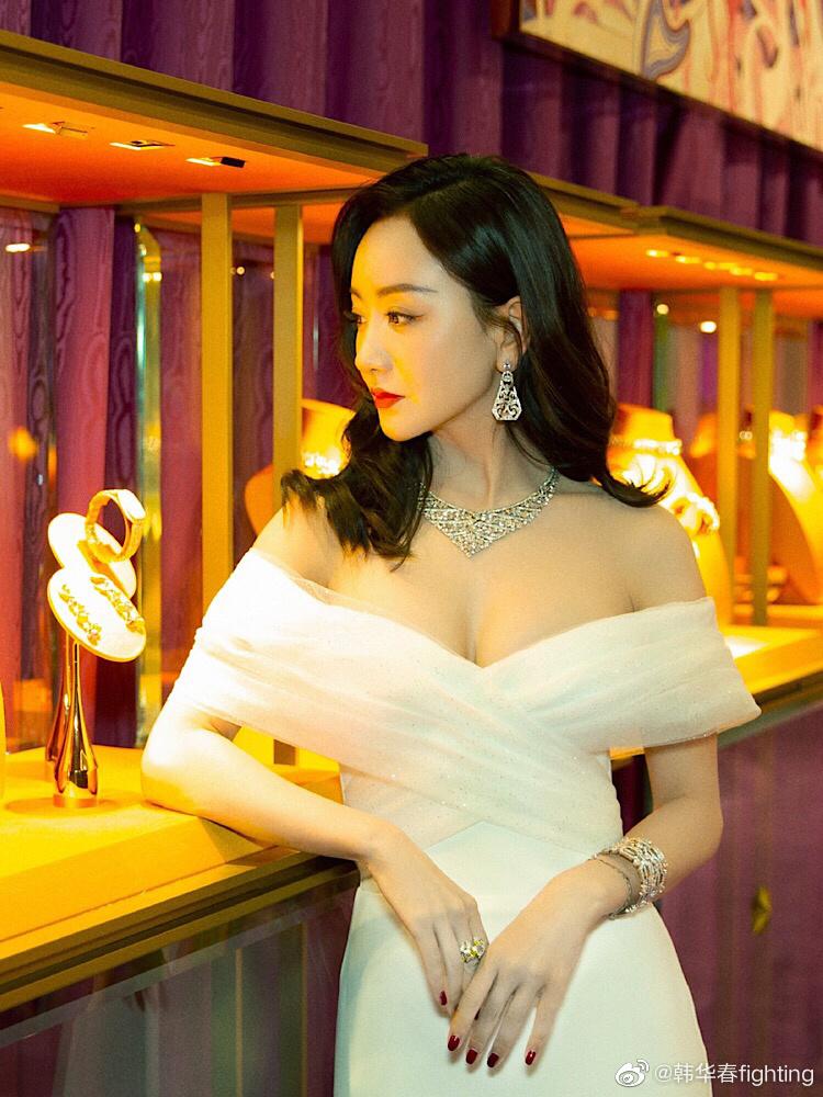 杨蓉身材也太好了吧,一袭白色长裙少女感十足