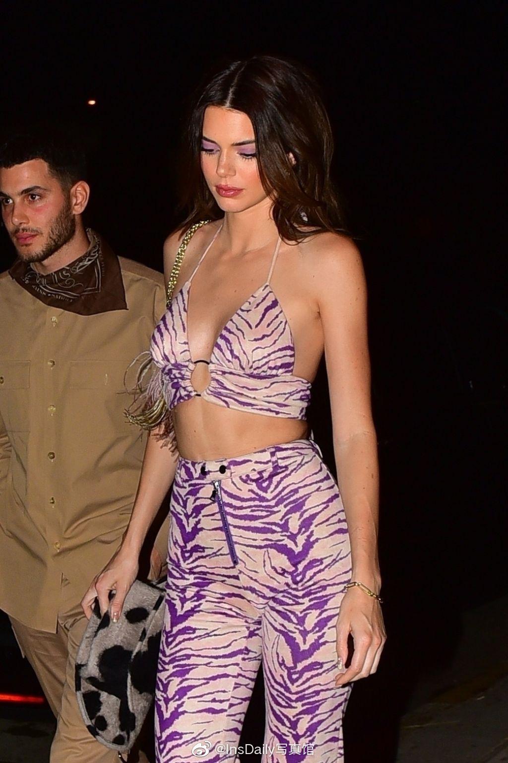 Kendall Jenner身着I.AM.Gia的紫色斑马纹套装❤肯豆真的好绝一女的
