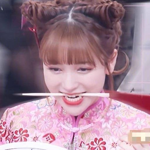 老喜剧人了吧 5分钟换6次头像,最后挑了个咬筷子的表情包