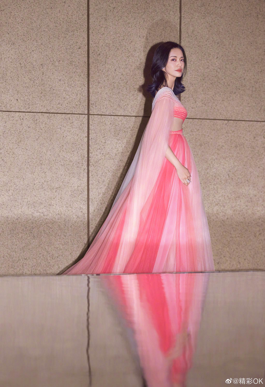 身穿Geroges Hobeika 2020ss Couture粉色渐变纱裙搭配Van cleef & Ar