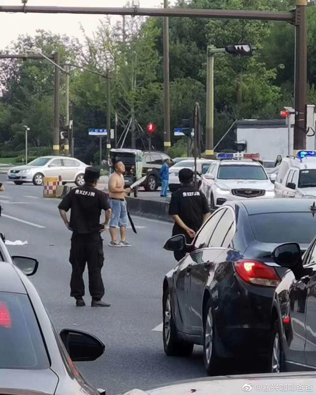 嘉兴有人手持双刀在街头暴走?目前已被警方逮住了
