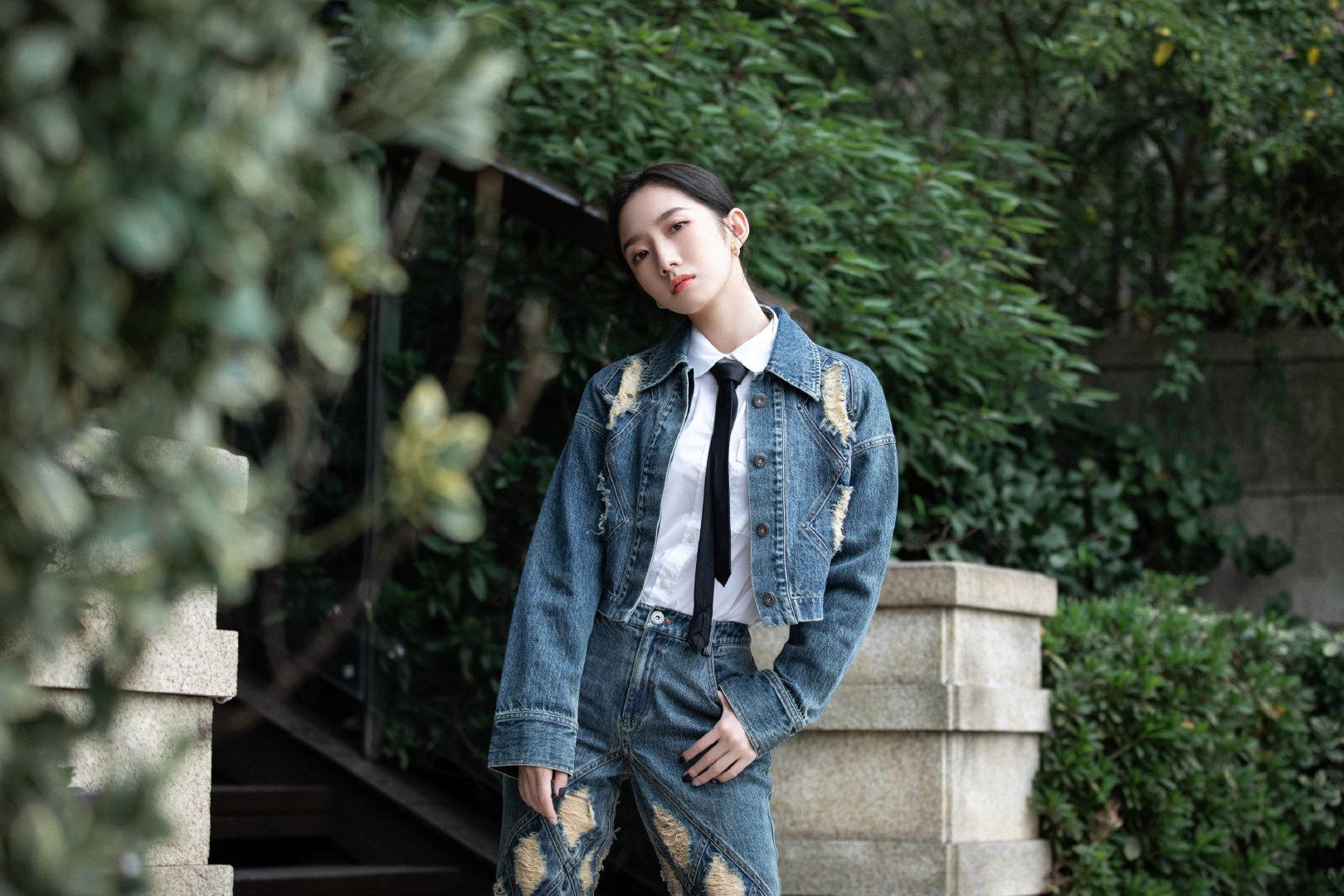 26日,出席杭州活动的孟美岐,身穿牛仔外套内搭白衬衫和黑色领带