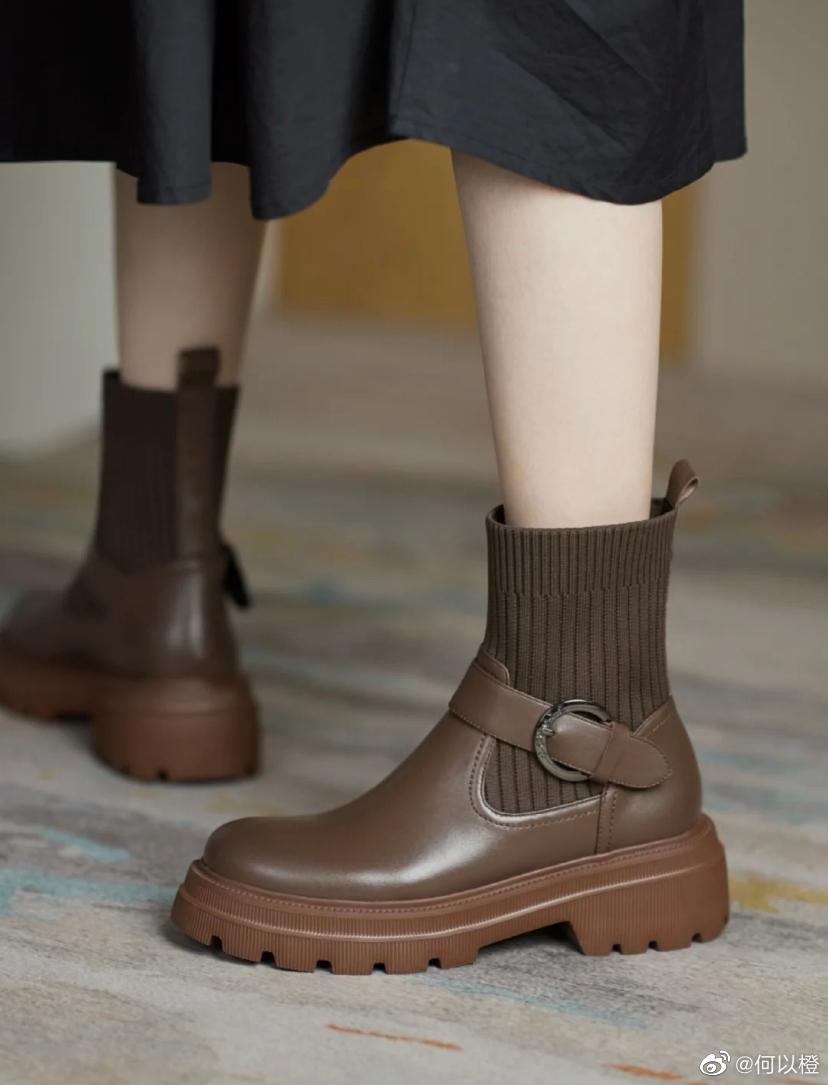 厚底马丁靴很百搭 显瘦 对腿型要求不高 相比骑士靴不会出现侧面太突