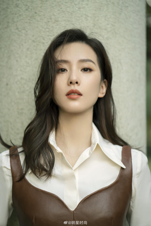 刘诗诗最新造型,白色衬衫与皮衣的搭配好飒……