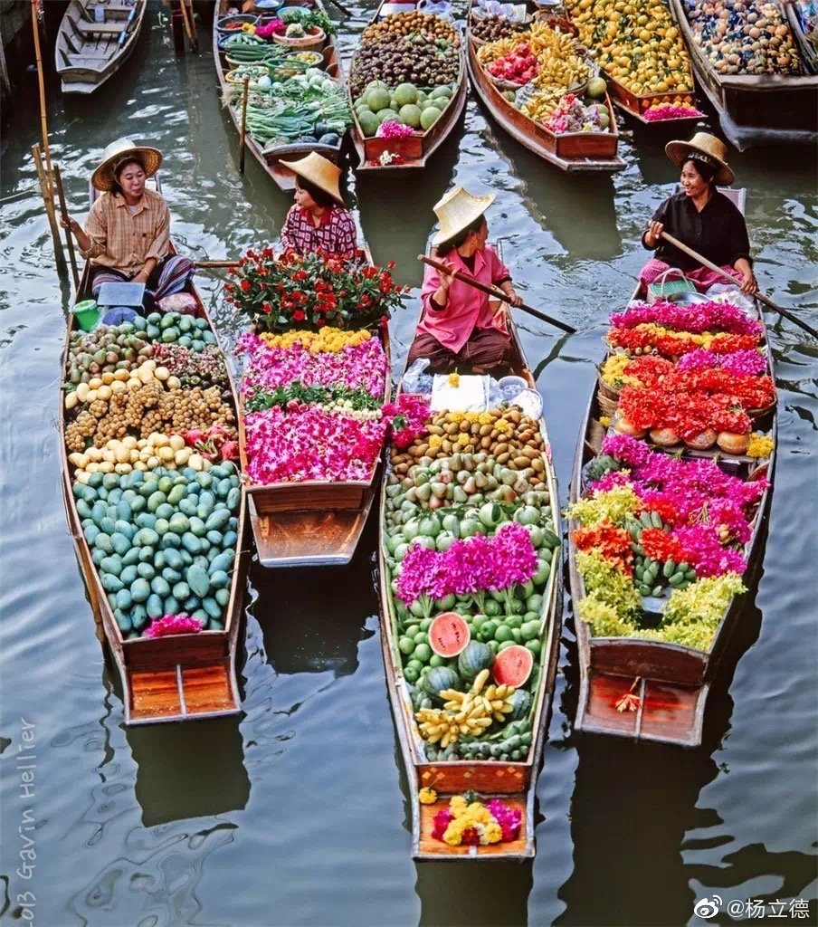 昭披耶河畔的帕克隆花市是全曼谷最大的24小时鲜花批发市场
