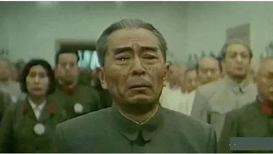 因与周恩来总理太像,邓颖超观影时身体前倾,观众集体泪奔