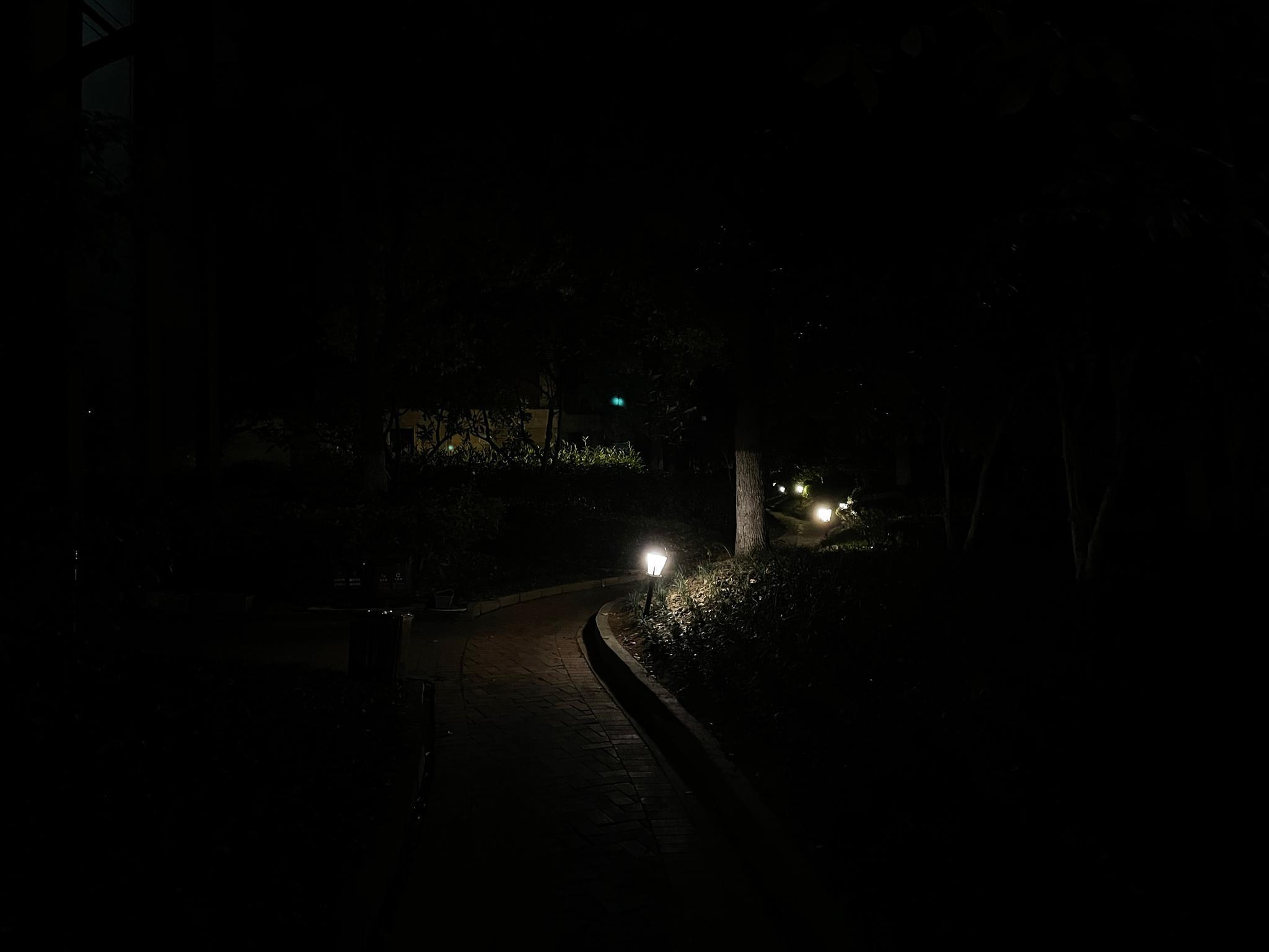 我就很好奇我们小区这个灯装的是干嘛用的