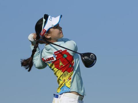 她是公认的高尔夫女神,长相甜美,出生于日本却坚持回中国发展!