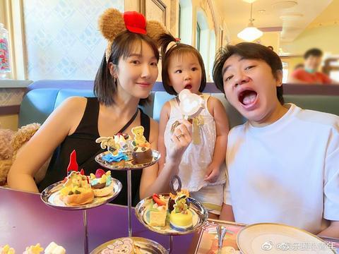 网友在迪士尼偶遇王祖蓝李亚男和女儿游玩,他们感情太好了吧