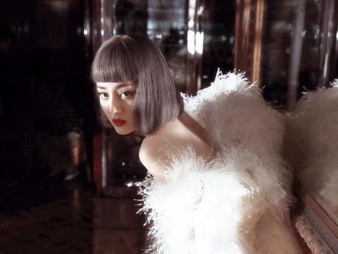 迪丽热巴短发造型也忒好看了,搭配纱裙超仙