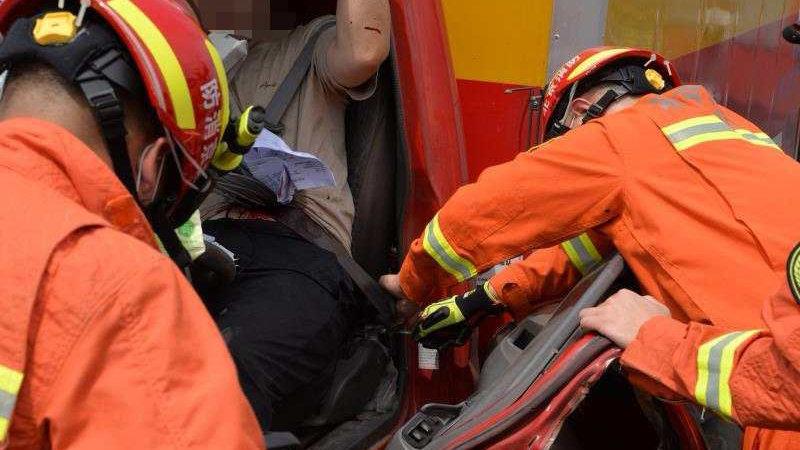 北京:大货车发生车祸,司机腹部被铁栅栏贯穿,消防员成功营救