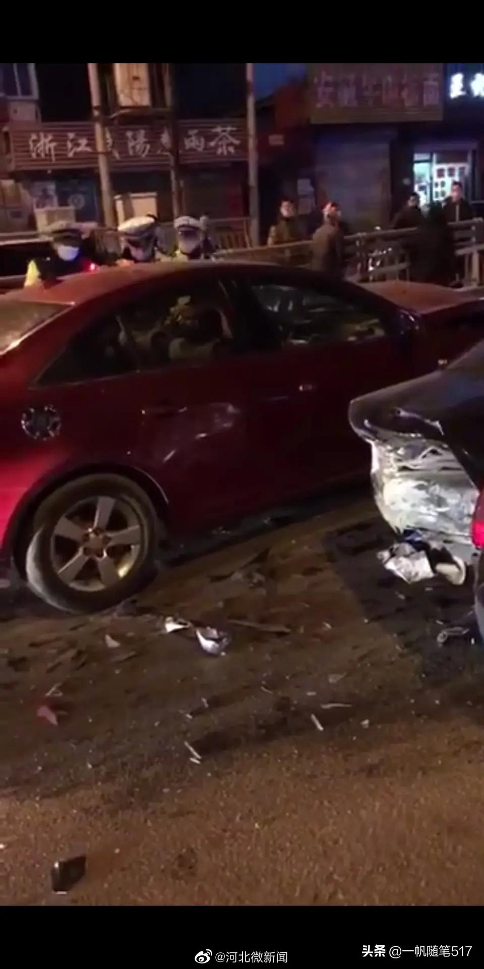 宣化地道桥查酒驾逃跑,造成几辆车连撞