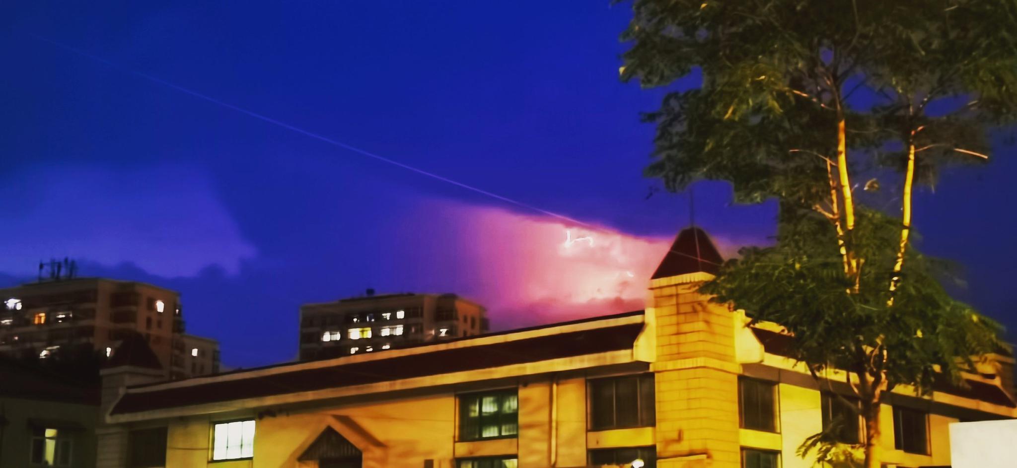 美炸⚡️ 一小时前的闪电⚡️没过多久就是瓢泼大雨了☔️ 你家下
