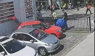 海宁一司机倒车把自己压车底,好在迅速来了一群人