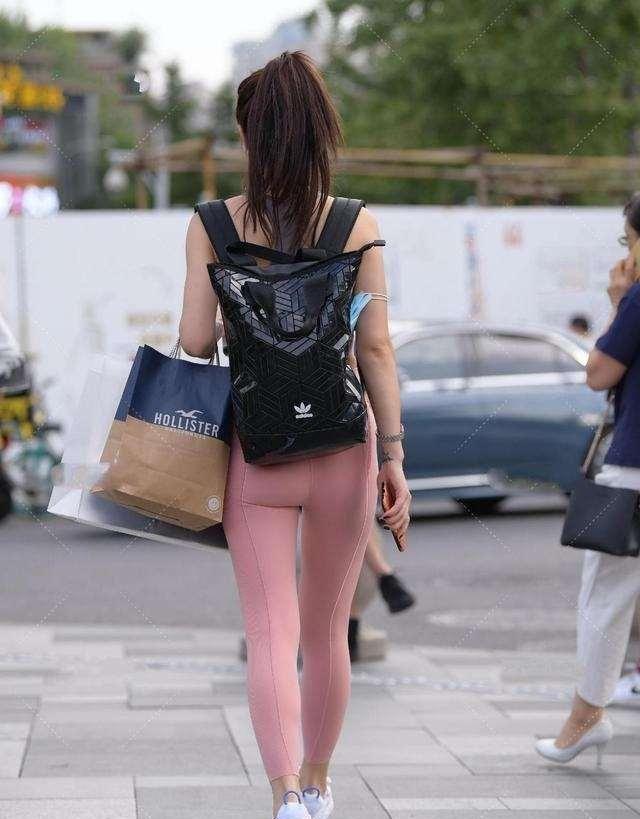 时尚打底裤要搭配一双浅色的鞋子,选择简洁轻盈的裙型,时髦个性