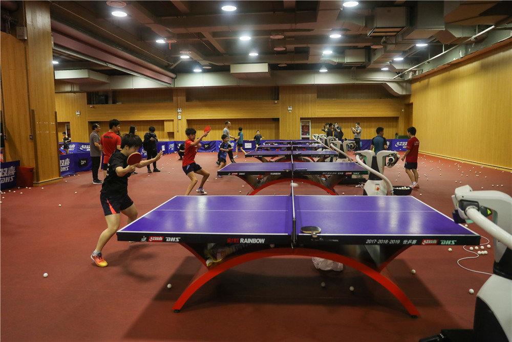 上海体育学院中国乒乓球学院参与研发的乒乓球机器人与该学院少年班学