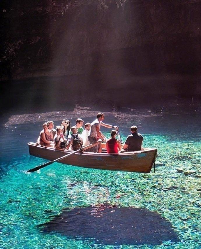 梅利萨尼岩洞里的地下海水湖,地处希腊凯法利尼亚岛附近。