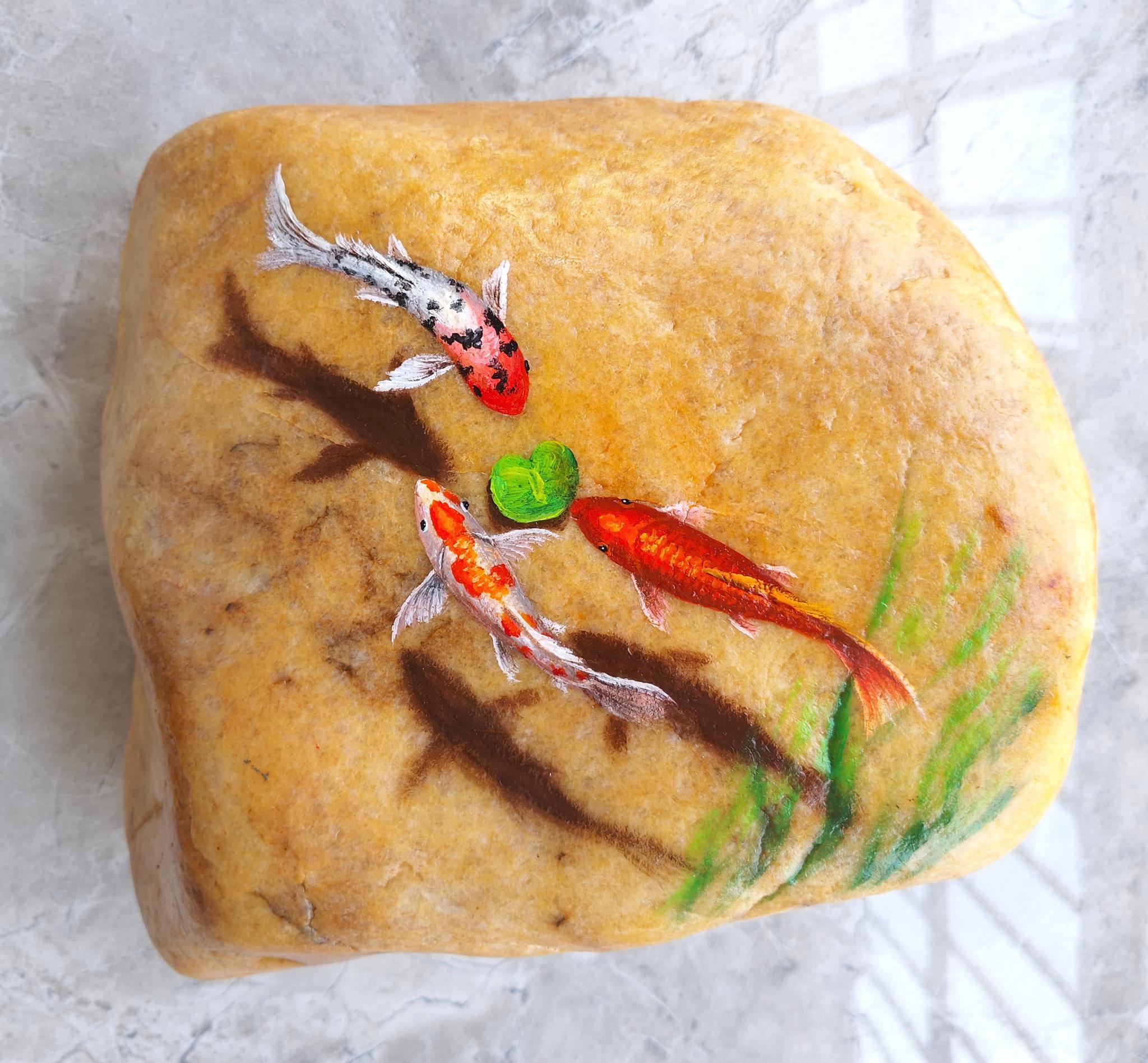 我的锦鲤油画石头画好了,一块普通的石头,经过艺术创作
