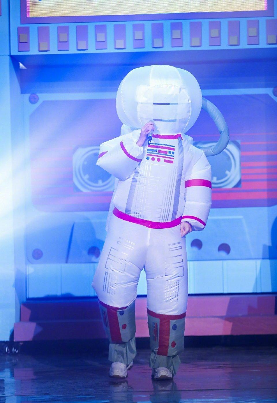 今晚易烊千玺太空人造型唱了首《忽然之间》