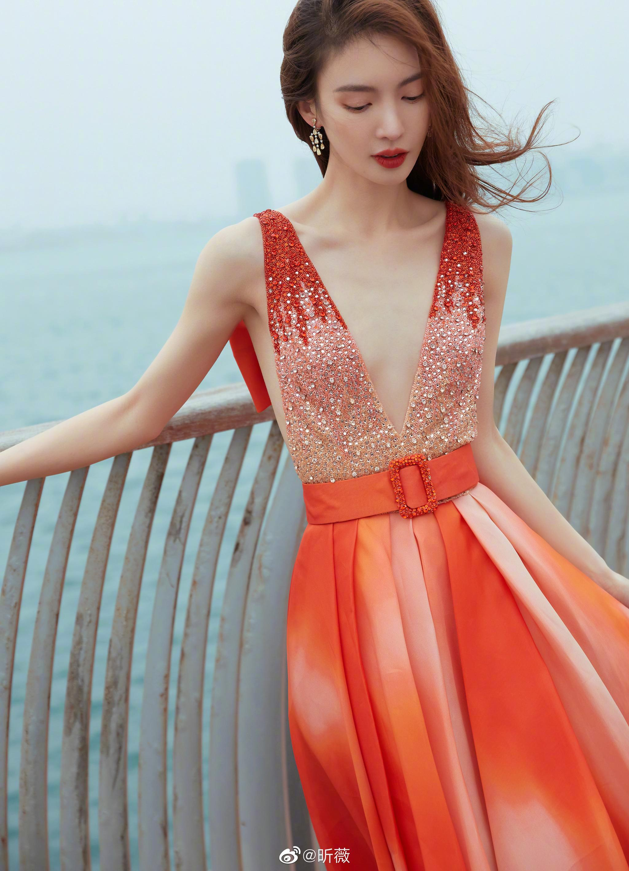 今晚亮相红毯,一袭橘黄渐变长裙搭配清新妆容……