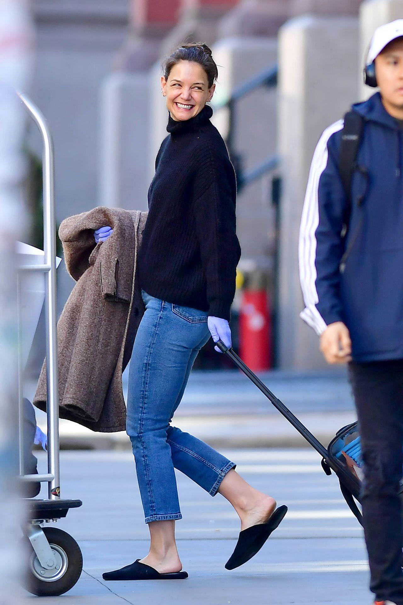 凯蒂·赫尔姆斯(Katie Holmes)-在纽约离开家03/27/2020