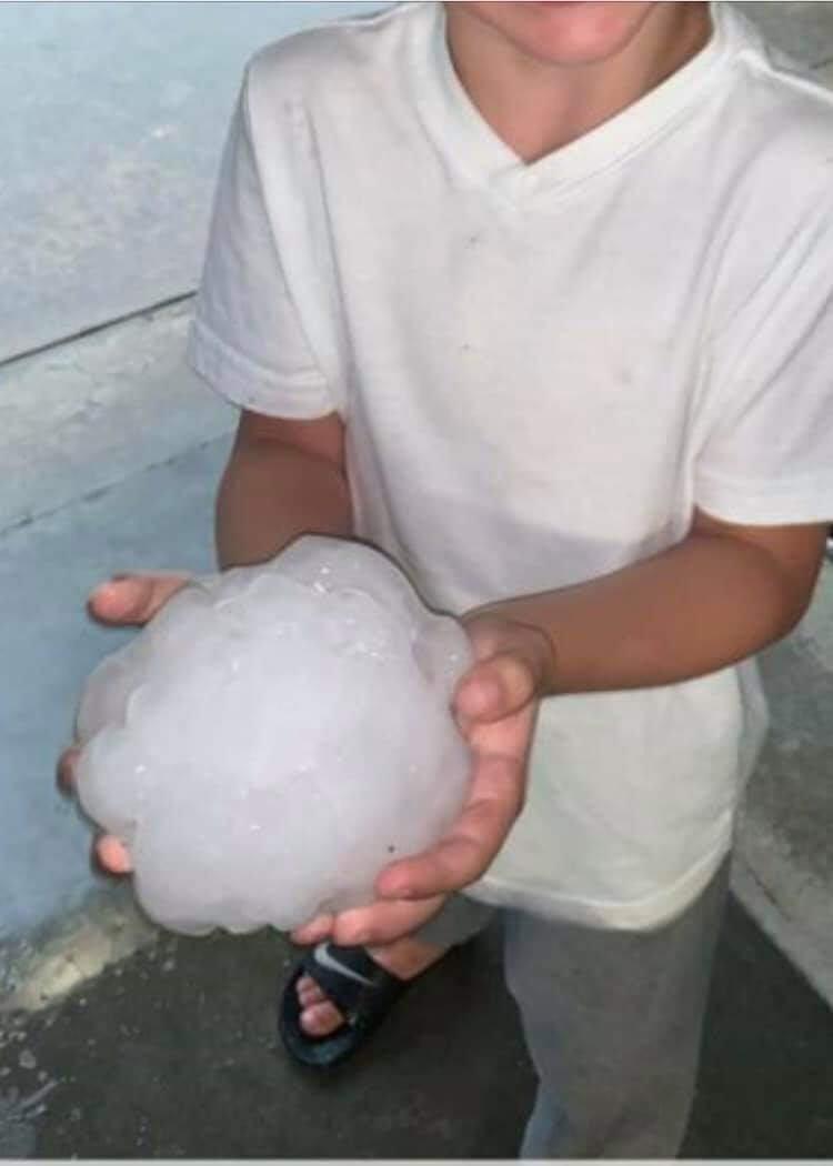 美国德克萨斯州伯克伯内特22日夜间的超级冰雹