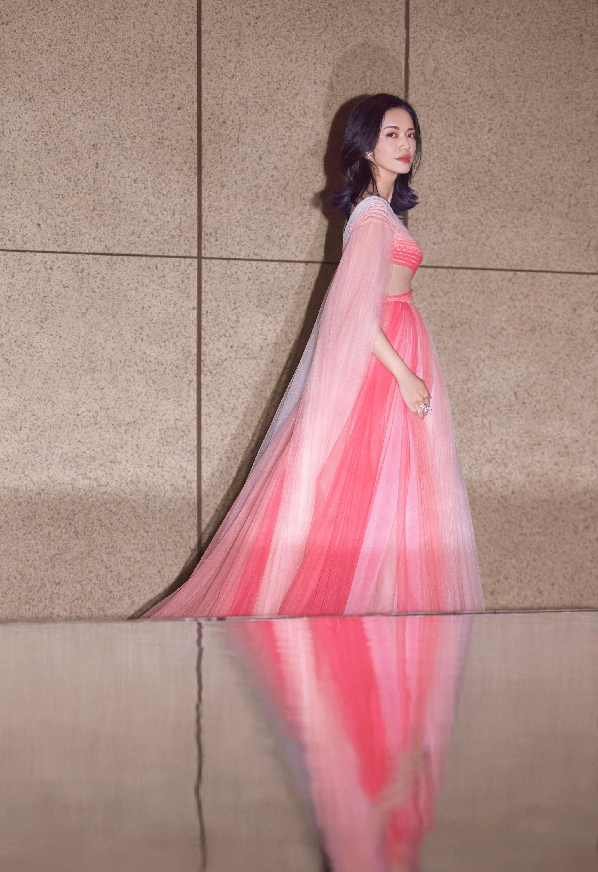 身穿Geroges Hobeika 2020ss Couture粉色渐变纱裙