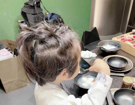 杨颖晒儿子背影照,杨颖对镜自拍,五官精致,皮肤白皙。
