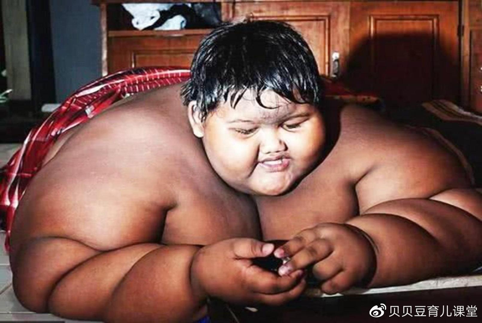 11岁男孩每天吃5顿饭体重400斤,如今减肥成功长这样,网友不敢看