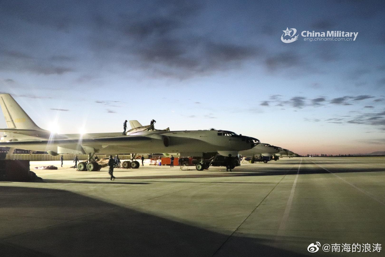 轰六在青海格尔木。中部战区空军高原驻训,轰-6H、运-20同框现身