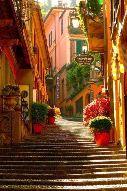 意大利科莫湖边的小镇,小镇古朴,湖水清亮。