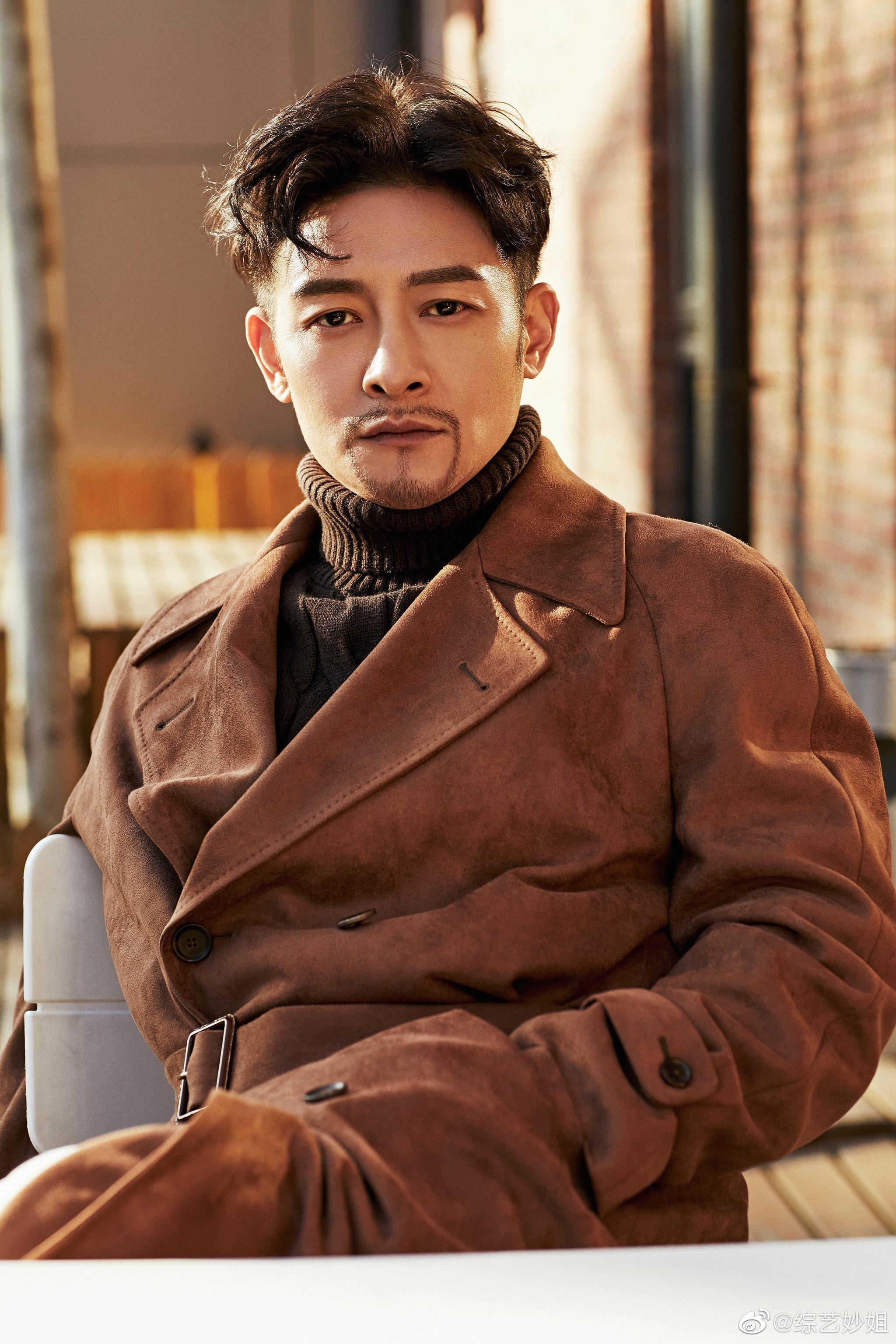 金教练的扮演者@夏铭浩 最新写真曝光,深咖色风衣搭配黑色高领毛衣