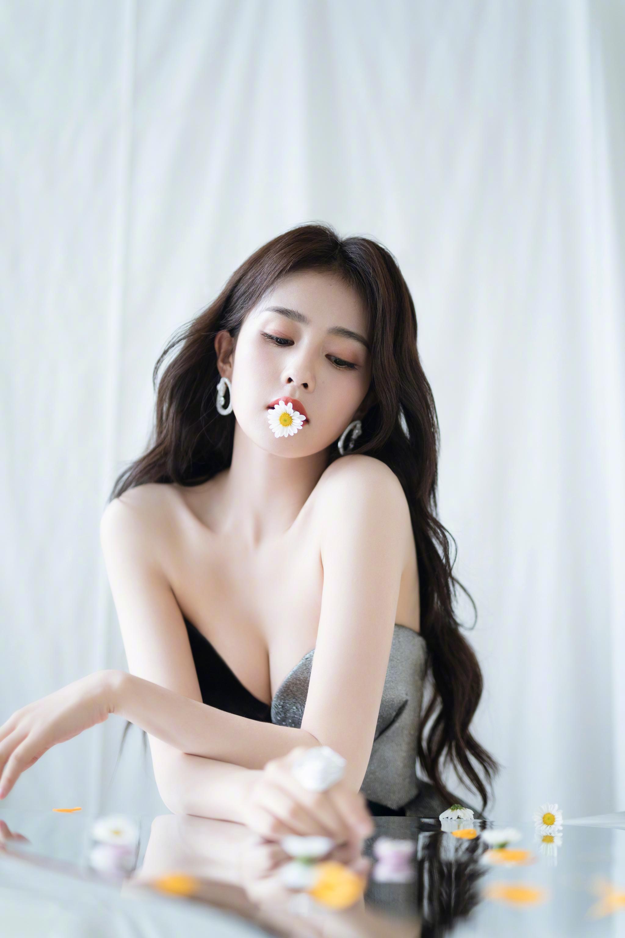 演员@白鹿my 在绿洲发布一组时尚大片,身着银黑色拼接长裙