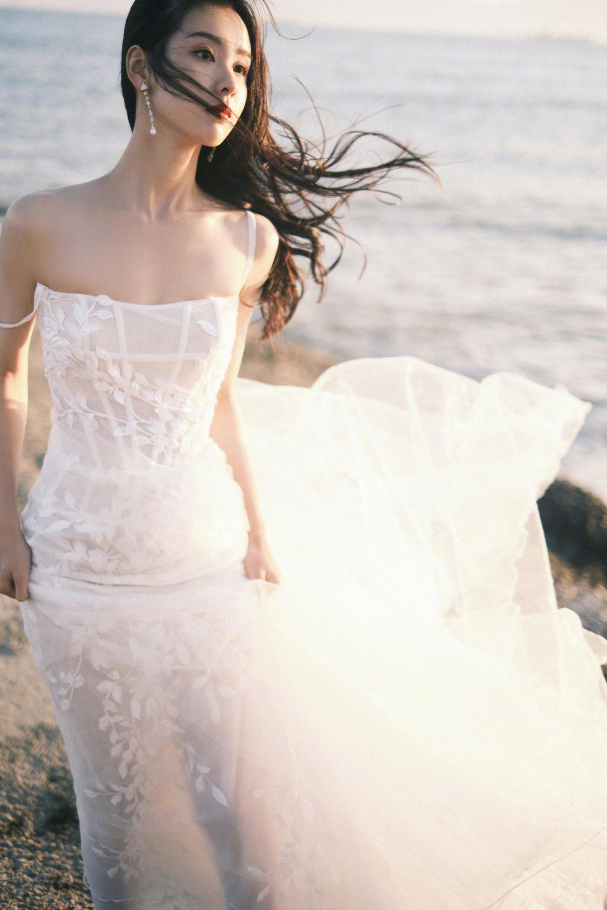 11月25日, 一袭白裙