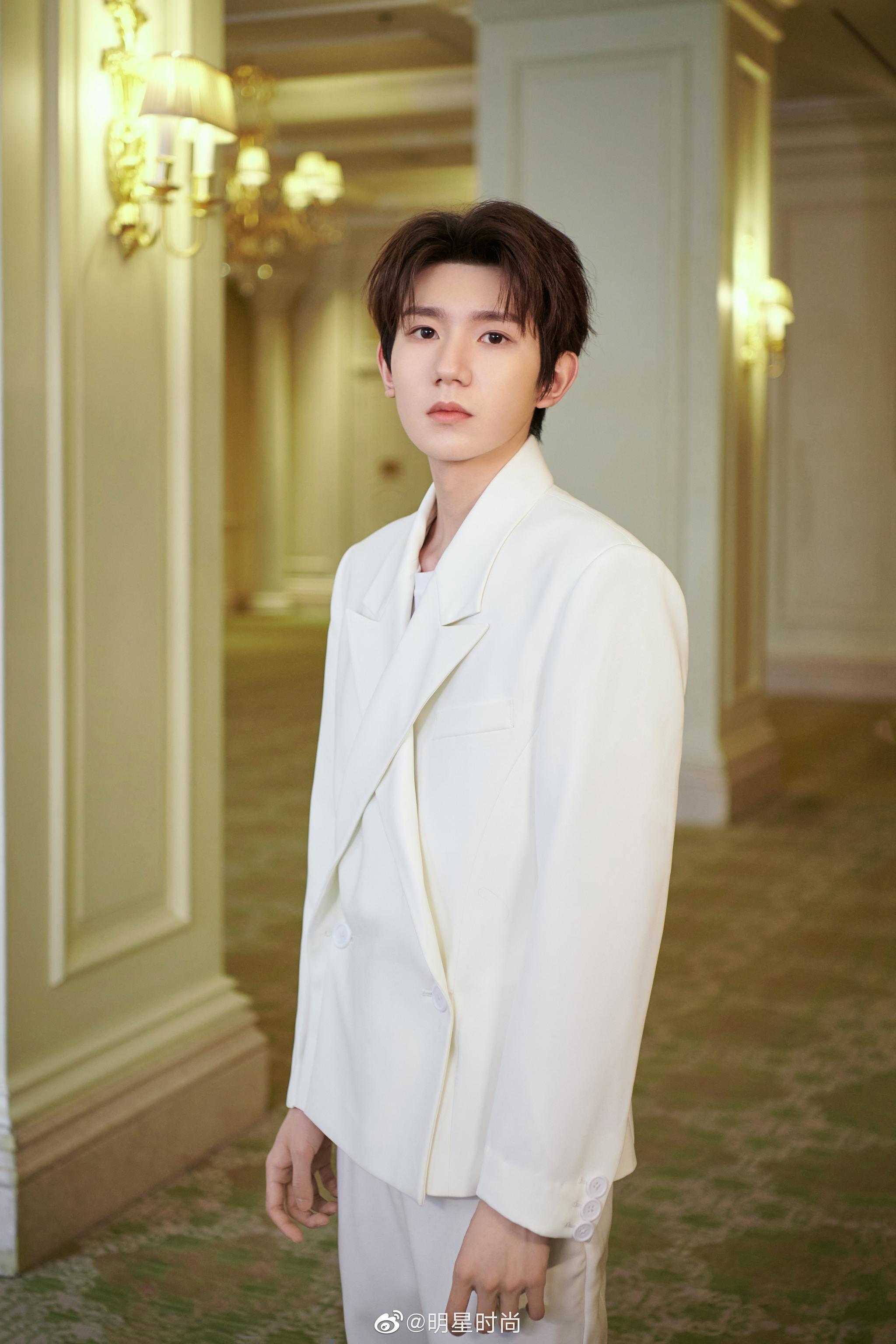 王源今日份的造型,他身着白色解构西装,清朗隽永,温润尔雅……
