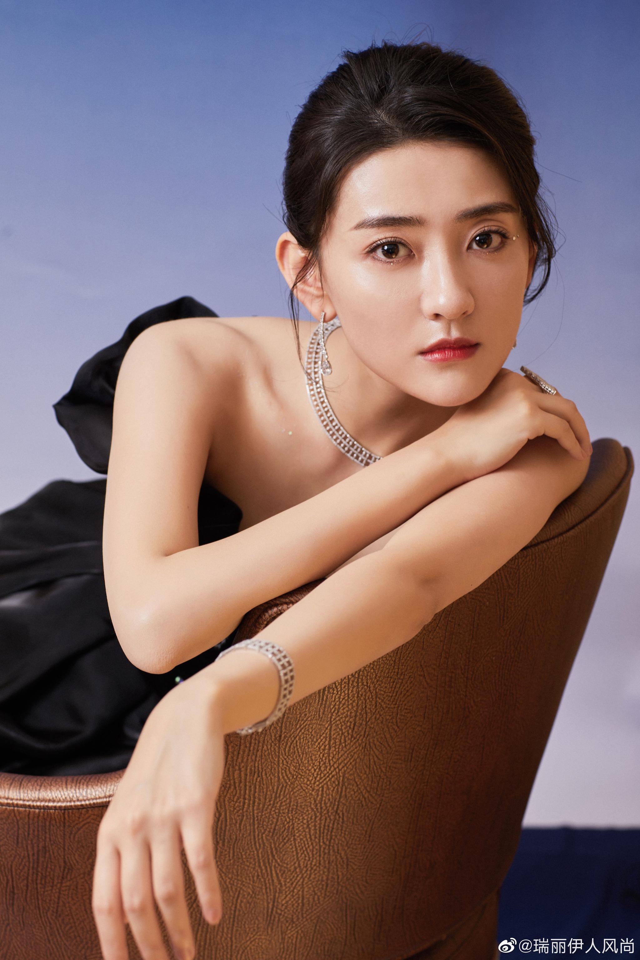 演员@梁洁Little 身着黑色天鹅抹胸裙现身活动,优雅不失灵动……