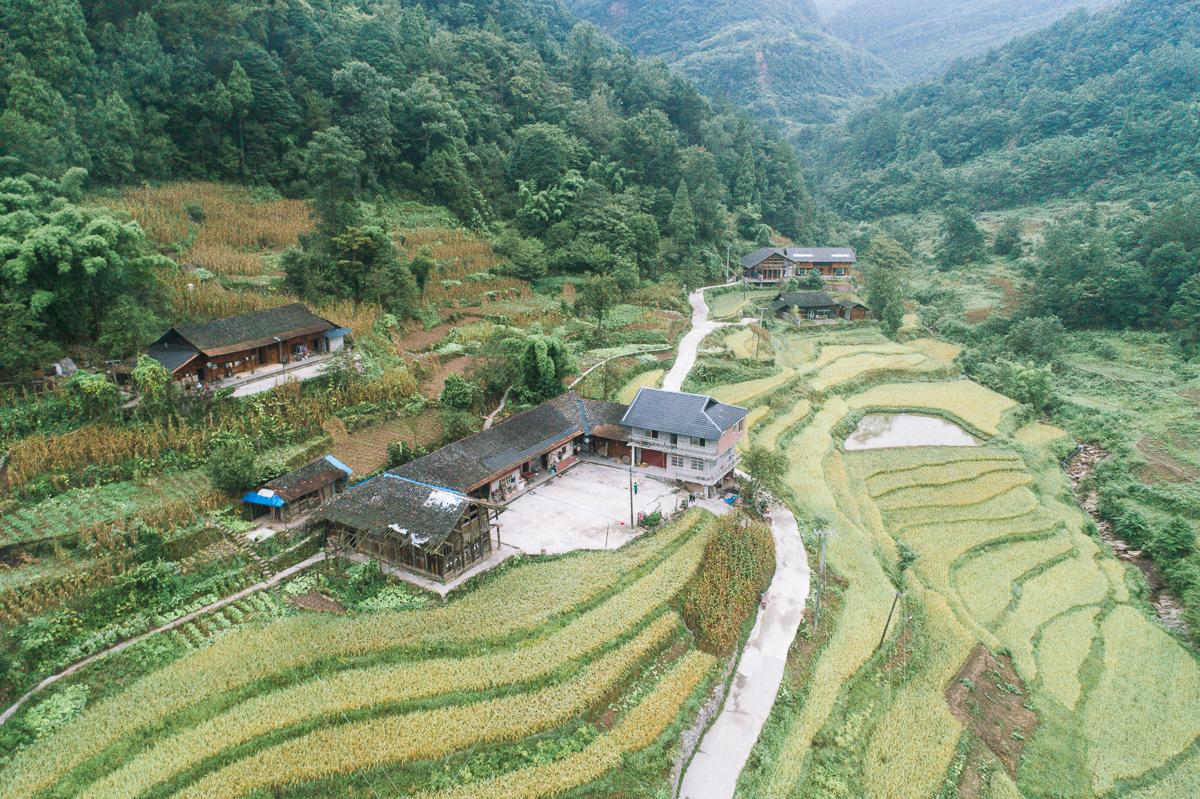 贵州遵义习水县大坡镇田坝村,是一个具有红苗特色的村落里