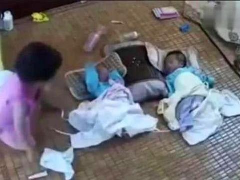 妈妈去做饭,4岁女儿和满月双胞胎儿子一起,监控拍下痛心的画面