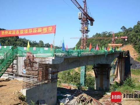 四川荣县双龙桥水库建设工程附属交通桥顺利合拢