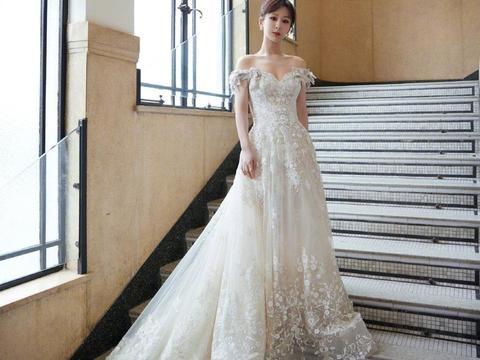 杨紫亮相 , 身穿白色镶钻蕾丝长裙,露出优越肩颈线……