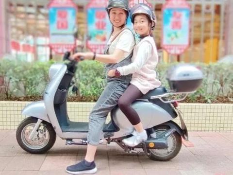 """开最稳当的车,载最可爱的宝!景泰街这所小学开展""""骑电动车戴头盔""""宣传活动"""