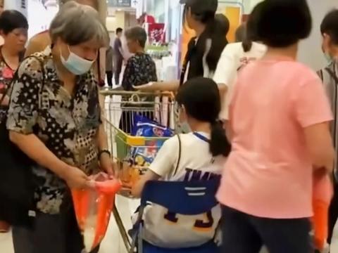 广东超市做活动一人领一勺米,大妈循环转圈领取,店员忙到手抽筋