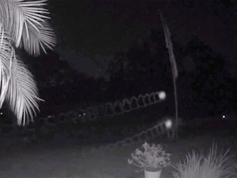 佛州民众拍到疑似UFO影片,两不明光点夜空盘旋且轨迹一模一样