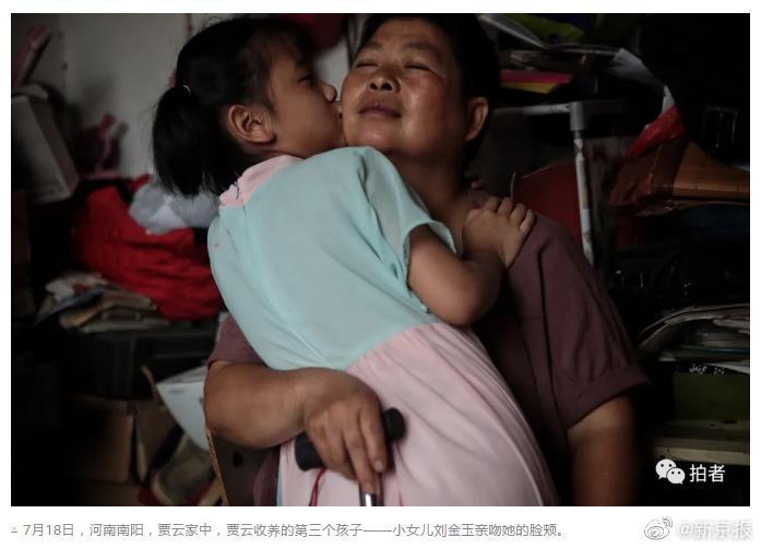 """""""想陪孩子走更远"""" 17年收留3名弃婴,重病好心妈妈的暖心故事"""