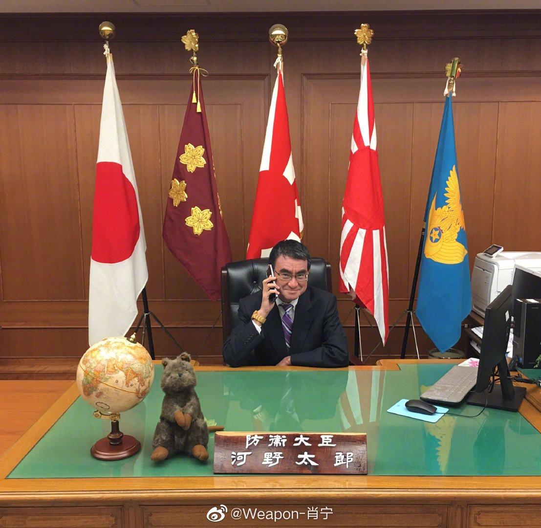 日本防卫大臣河野太郎的办公桌变迁